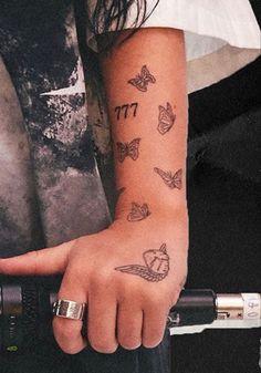 Hand Tattoos For Girls, Dope Tattoos For Women, Small Finger Tattoos, Cute Tiny Tattoos, Dainty Tattoos, Badass Tattoos, Sleeve Tattoos For Women, Pretty Tattoos, Mini Tattoos
