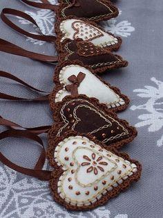 Brown hearts with cute embroidery./ Corazones con bordado y borde al crochet. Fabric Crafts, Sewing Crafts, Felt Embroidery, Embroidery Hearts, Embroidery Ideas, Felt Decorations, Christmas Decorations, Handmade Decorations, Felt Christmas Ornaments