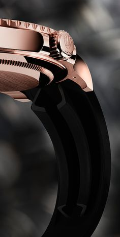 It may look and feel like a rubber strap, but the Oysterflex bracelet is much more than that. At its core is a superelastic metal blade made of a titanium-nickel alloy that is 30 times more elastic than ordinary metal, and is overmoulded with high-performance black elastomer. So, while supple, the Oysterflex bracelet of the Yacht-Master 40 is comparable in strength to a metal bracelet.