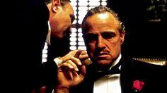 'El padrino', la mejor película de todos los tiempos.  La obra maestra de Francis Ford Coppola, protagonizada por Marlon Brando, ha sido elegida por los lectores como su favorita  El director español Enrique Urbizu habla de ella en un vídeo. El mundo de la mafia a través de la familia Corleone.