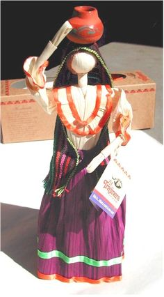Corn plays an essential role in Mexican culture. Every element of corn is used from the silks for medicine to the fungus on the kernels (huitlacoche). Mexican Corn Husk Dolls are an example of one of the most dramatic uses for corn is in Mexican crafts. Mexican Corn, Mexican Folk Art, Corn Husk Crafts, Corn Husk Dolls, Mexican Crafts, Paper Weaving, Crepe Paper Flowers, Gourd Art, Art Dolls