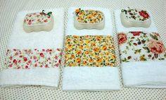 Toalha de mão com faixa em tecido 100% algodão e sabonete decorado com o mesmo tecido e florzinha de fita.(Fuxico em Flor)
