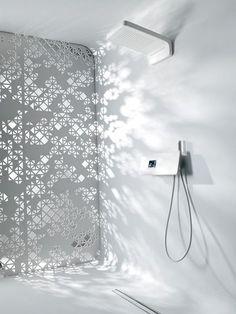 Une douche à l'italienne et une paroi ajourée façon dentelles