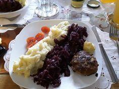Rotkohl mit Kartoffelpüree und Frikadellen