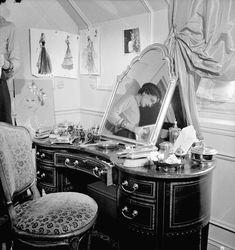 Coco Chanel dans son appartement au Ritz se reflétant dans un miroir. Paris, 1938.