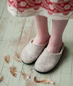 Der Neue Woolen slippers woman wool slippers step in boiled wool , Clog Slippers, Kids Slippers, Felted Slippers, Womens Slippers, Wool Shoes, Felt Shoes, Natural Latex, Cute Little Things, Beige Color