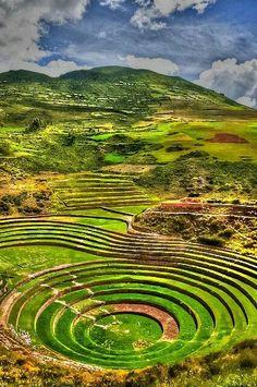 Moray est un ancien centre de recherche agricole inca situé dans la Vallée sacrée des Andes, à 3 500 m au-dessus du niveau de la mer et à 50 km au nord-ouest de Cuzco, sur le territoire de l'actuel Pérou.