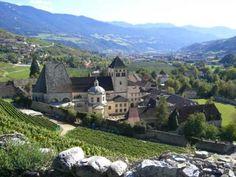 Das ist die Aussicht vom Köferhof auf das berühmte Kloster Neustift. Der Köferhof liegt inItaliens nördlichstem Weinanbaugebiet in der Nähe von Brixen in den Gemeinden Neustift und Vahrn. Hier werden nur mehr weisse Sorten angebaut. Auf einer Meereshöhe von knapp 800 Metern ist das Klima etwas rauher, die Temperaturunterschiede zwischen …