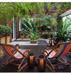 Gostou destas poltronas, neste canto  perfeito pra relaxar no domingo? Nós temos,  em cores azul e branco. Duas últimas unidades - venha conferir #cassioveigacasa #varanda #outdoors #instaoutdoors #exteriores #areadelazer #areaexterna #exteriordesign #designdeexteriores #casaejardim #homegarden #housegarden #poltrona #conforto #relax #garden #jardim #exterior  #luminaria #decor #decoração #decoration  #instadecor #decorating #deck #regram
