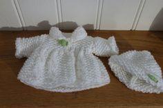 Tuto manteau pour poupée poupon de 20cm (ou Corolline) Baby Doll Clothes, Baby Dolls, Knitted Dolls, Little Darlings, Barbie, Knitting, Pattern, Crafts, Armoire