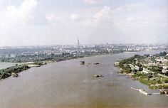 """Wisła. Z widoczną na środku rzeki """"Grubą Kaśką"""", czyli ujęciem pompującym wodę do Wodociągu Praskiego mieszczącego się na Saskiej Kępie. Widok o tyle niesamowity, że """"brakuje"""" na nim mostów. Karol Szczeciński/ East News"""