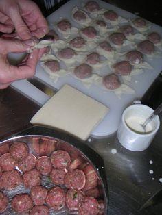 Indonesische keuken,...Pangsit maken. Heerlijk gekruid gehakt in een jasje van deeg. Even frituren en klaar om smakelijk op te eten.