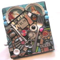Junk turned into heart art. Mosaic Crafts, Mosaic Projects, Art Projects, Mosaic Ideas, Mosaic Patterns, Recycled Art, Repurposed, Upcycled Crafts, Recycled Materials