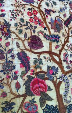 Qué mono quedaría para un mantoncillo!! Embroidered mid-18th-century palampore - Coromandel Coast, India. Cotton with silk thread.