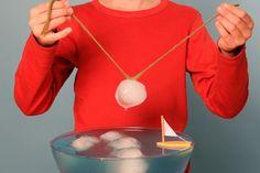 Experimente für Kinder: Wussten Sie, dass Salz Eis zum Schmelzen bringt? Deshalb wird Salz auch zum Streuen bei Glatteis eingesetzt. Nach einigen Sekunden friert das Wasser wieder fest. In diesem Experiment angeln Sie mit dieser Technik Eisberge aus einer Wasserschale.