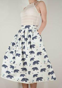 Купить или заказать Хлопковая юбка со звёздными медведями в интернет-магазине на Ярмарке Мастеров. Хлопковая юбка со звёздными медведями. Юбка со складками на поясе, застёжкой молнией, карманами и батистовой подкладкой Цена 3500 Размеры в наличии: Обхват талии 66 Длина…