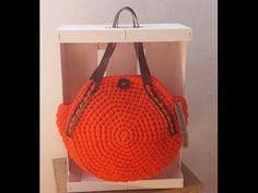 Bolso Redondo / Crochet  bag ¡ Glamour ! - YouTube Crochet Stitches, Knit Crochet, Crochet Patterns, Crochet Handbags, Crochet Purses, Diy Purse, Crochet Videos, Knitted Bags, Craft Tutorials