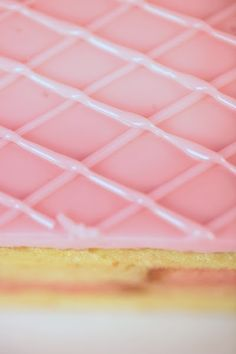 Recept 1 db 23 cm átmérőjü tortához A tortához 2 db 23 cm átmérőjű fehér piskótakarikát kell sütnünk. 12 db tojás kettéválasztva 240 g...