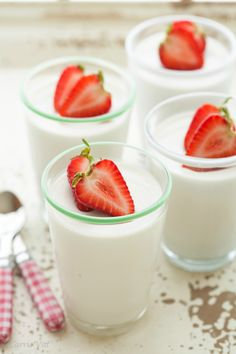 Coconut Panna Cotta (Dairy Free, Gaps, Paleo, Grain-Free) - Deliciously Organic Sub honey with sugarfree alt for lchf Paleo Dessert, Healthy Desserts, Just Desserts, Dessert Recipes, Dairy Free Recipes, Gluten Free Desserts, Real Food Recipes, Yummy Food, Coconut Panna Cotta