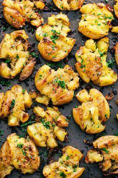 Ψητές πατάτες με σκόρδο Υλικά 1 κιλό πατάτες baby κομμένες στη μέση 1/2 φλιτζ. βούτυρο λιωμένο 3 σκελίδες σκόρδο λιωμένο μαϊντανός
