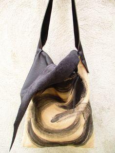 Tela dipinta a mano, le pelli delle borse Più o Meno sono tutte cucite a mano. Made in Italy