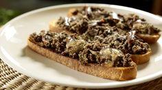 Tento recept od šéfa Zdeňka je skvělý tip na svačinku anebo ho můžete připravit jako pohoštění pro své hosty. Jednoduché a chuťově geniální.
