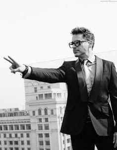 Robert Downey Jr - Peace Sign