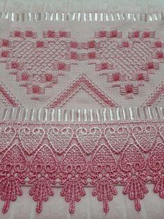 Toalha de lavabo bordada em ponto reto rosa, com renda degrade rosa. #pontoreto