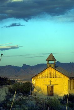 Terlingua Ghost Town ~ View looking towards the Chisos Mountains and Casa Grande with the Saint Agnes Church in Historic Terlingua, Texas in the foreground. Can't wait to go this weekend Abandoned Churches, Old Churches, Abandoned Places, Old Country Churches, Church Building, All Nature, Le Far West, Chapelle, Cottage
