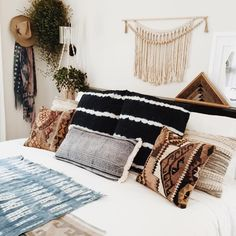 These pillows. That wall hanging 🙌