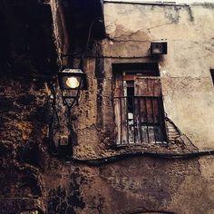 La llum, tan camaleònica, també troba un amagatall còmode en la decadència. Abandoned Buildings, Urban Landscape, Urban Decay, Architecture, Places, Modern, Arquitetura, Trendy Tree, Architecture Design