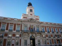 La Puerta del Sol era una de las entradas de la muralla que rodeaba #Madrid en el siglo XV y el nombre viene de un sol que había en la puerta. Originariamente fue, por tanto, un punto exterior de la ciudad, aunque debido a su situación y al crecimiento de #Madrid hacia el este, fue convirtiéndose poco a poco en un lugar clave para la salida hacia los alrededores.