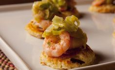 Blinis de tapioca com camarão e alho-poró: receita para servir ao receber os amigos ou fazer uma recepção em casa.