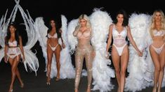 Kim Kardashian, Kourtney Kardashian, Khloe Kardashian, Kendall Jenner and Kylie Jenner as Angels for Halloween in Los Angeles - Celebskart Khloe Kardashian, Estilo Kardashian, Kardashian Kollection, Robert Kardashian, Kim Kardashian Costume, Kim Kardashian Sisters, Kylie Jenner Instagram, Victoria Secret Angels, Models