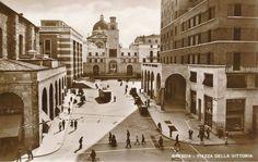 """""""Filobus in piazza Vittoria"""" http://www.bresciavintage.it/brescia-antica/cartoline/filobus-piazza-vittoria/"""