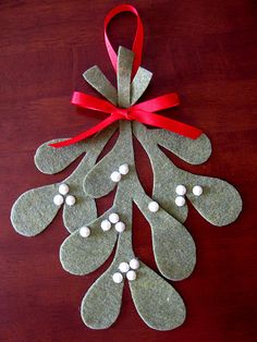 """felt mistletoe - great on a pillow or could have kids give as gifts to grandparents """"I love your kisses"""""""