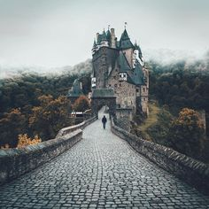Burg Eltz, Germany (@lennartpagel)