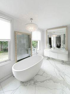 Boden aus Marmor in einer weißen Badezimmergestaltung