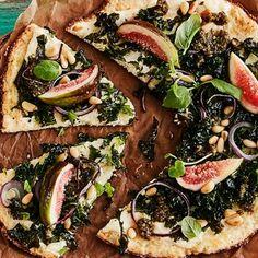 Blomkål, mandelmjöl, parmesan och ägg blir till en superbra pizzabotten. Toppa blomkålspizzan med grönkål, färska fikon och pesto – det blir en oemotståndlig smakupplevelse! Använd gärna färdigt blomkålsris och skippa mixandet/rivandet.