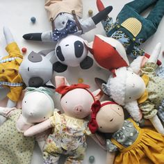 Hoje, às 17h do horário 🇫🇷, as Dodolas da Coleção Primavera estarão disponíveis na loja online 💛 . . . . . #handmadedoll #handmadetoys #softtoy #handmade #faitmain #artesanato #bonecasdepano #heirloomdolls #ragdoll #fabricdoll #panda #renard #foxdoll #pandadoll #ratonlaveur #racoondoll #pigdoll #porcelette #cochon #bunnydoll #lapine #sheepdoll #mouton #puppydoll #chienne #nurserydecor #kidsdecor #babygirl #babyboy #dodolafaitmain Desserts, Food, Spring Collection, Fabric Dolls, Craft, Dressmaking, Racoon, Handmade, Tailgate Desserts