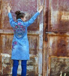 Džínový kabát s kapsami je pomalován textilními barvami s motivem růží a na zádech s veselou lebkou. Zapínání je na knoflíky v pase jsou poutka na pásek. Šaty…