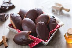 Le susumelle sono dei biscotti di pasta dolce e speziata. Tipiche della Calabria, si preparano durante il periodo natalizio.