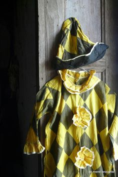 antieke vintage harlequin clown pierrot kostuum met hoed