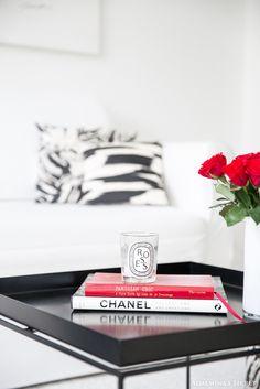Minimalistic living room I Black and white I Coffee table books