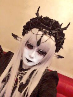 Gothic interpretations of Shironuri are quite nice to look at because of the contrast between black and white Goth Makeup, Sfx Makeup, Cosplay Makeup, Costume Makeup, Makeup Art, Hair Makeup, Maquillaje Halloween, Halloween Makeup, Crazy Makeup