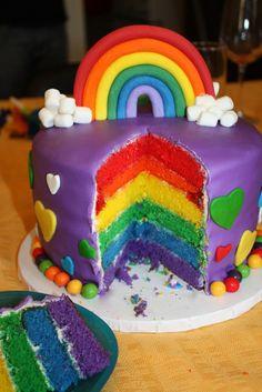 Ça faisait longtemps que je voyais passer ce beau gâteau sur Pinterest, mais je me cherchais une occasion pour le faire. J'ai donc «dirigé» un peu le choix de ma fille pour le choix de son gâteau soulignant son 4e anniversaire! Mère indigne! La beauté de ce gâteau, c'est de voir la surprise des gens …