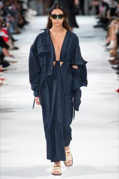 Guarda la sfilata di moda Stella McCartney a New York e scopri la collezione di abiti e accessori per la stagione Pre-collezioni Primavera Estate 2018.