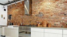 Cegła na ścianie w kuchni, źródło: homebook
