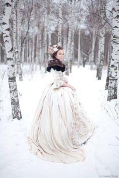 Manchmal ist es ein bisschen traurig, dass wir solche tollen Rococo Kleider nicht mehr tragen - andererseits will ich damit nicht auf Toilette gehen! :D | Stylefeed