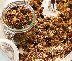 Alpinåkaren Nathalie Eklunds egen rostade müsli är god till både mjölk och yoghurt. Med flingor av råg och havre, knapriga nötter, linfrön och solrosfrön. Russin, kokos och vanilj ger fin sötma. Rosta müslin i ugn för en god och crunchy granola.